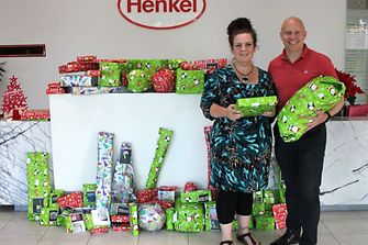 Brooke Sharp from Benwerren receives the presents from Daniel Rudolph, President of Henkel Australia and New Zealand.